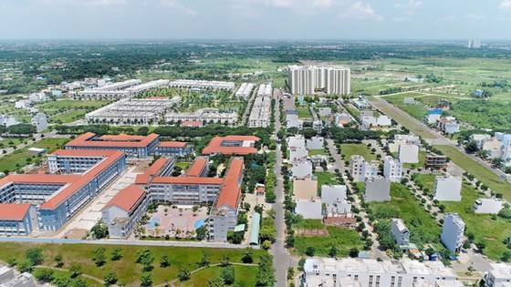 Từ khu dân cư Phong Phú 4, Bình Chánh chỉ mất khoảng 15 phút đến khu đô thị Phú Mỹ Hưng, 20 phút về Trung tâm Quận 1, đồng thời cũng rất thuận tiện để di chuyển qua Chợ Lớn (Quận 5), Quận 6, Quận 8.